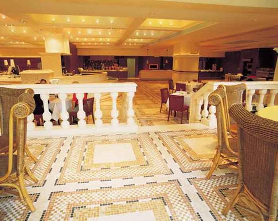 五星级酒店要求室内外装修高档,建筑及装修选用豪华材料,酒店